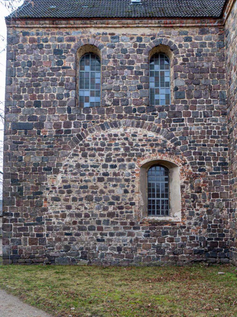 Stadtkirche Zahna-Elster. Die abgerissenen Nebenapsiden an den Querschiffen waren ungewöhnlich groß. Südliches Querschiff, Ansicht von Osten.