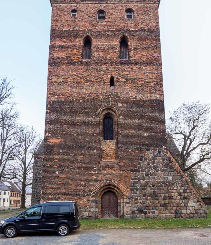 Stadtkirche Zahna-Elster. Westfassade mit deutlich sichtbaren Bauphasen.