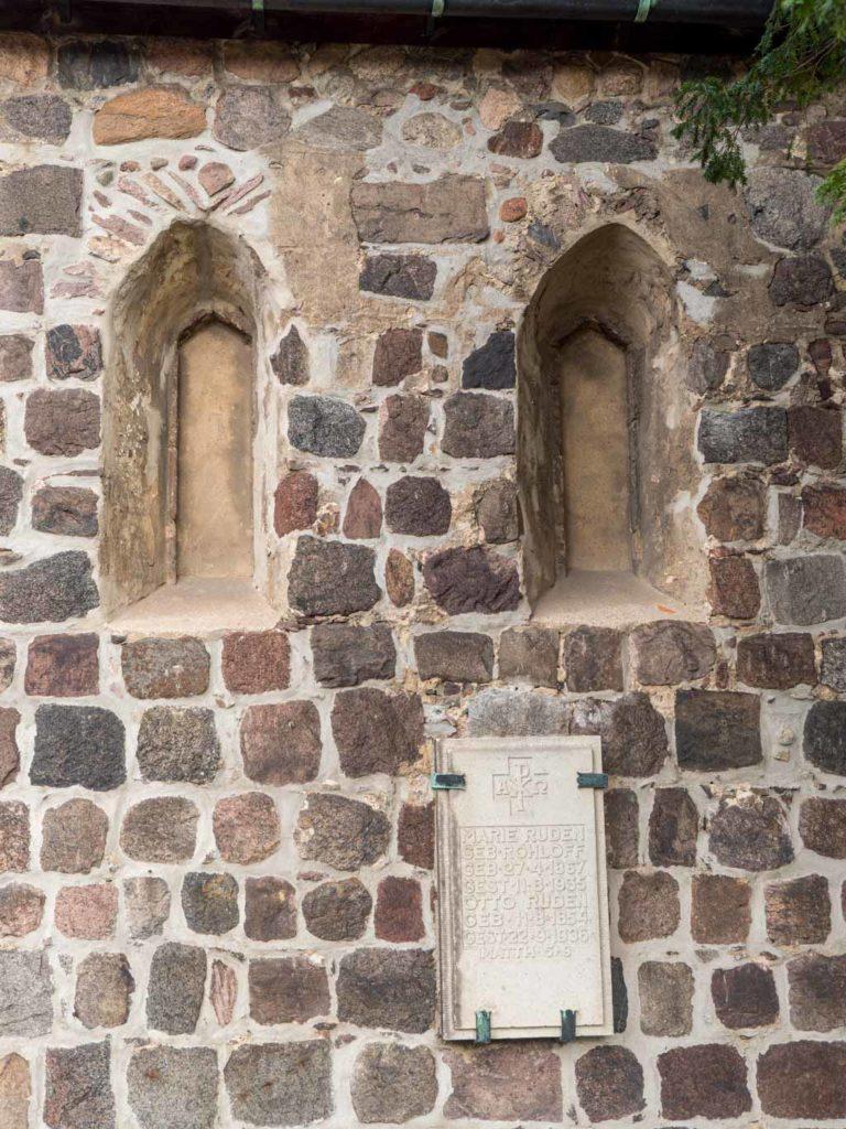 Dorfkirche Buckow Zwei originale, von innen verputzte gedrückt spitzbogige Fenster der westlichen Hälfte der Südwand des Schiffes.