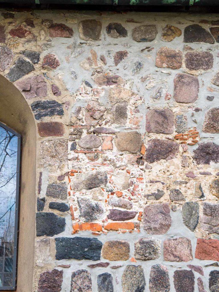 Dorfkirche Buckow Zugesetztes Fenster in der Nordwand des Schiffes.