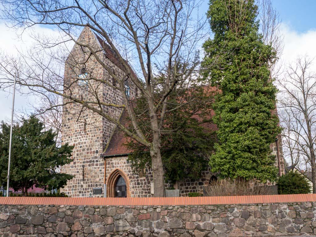 Dorfkirche Buckow Ansicht von Süden mit Kirchhofmauer
