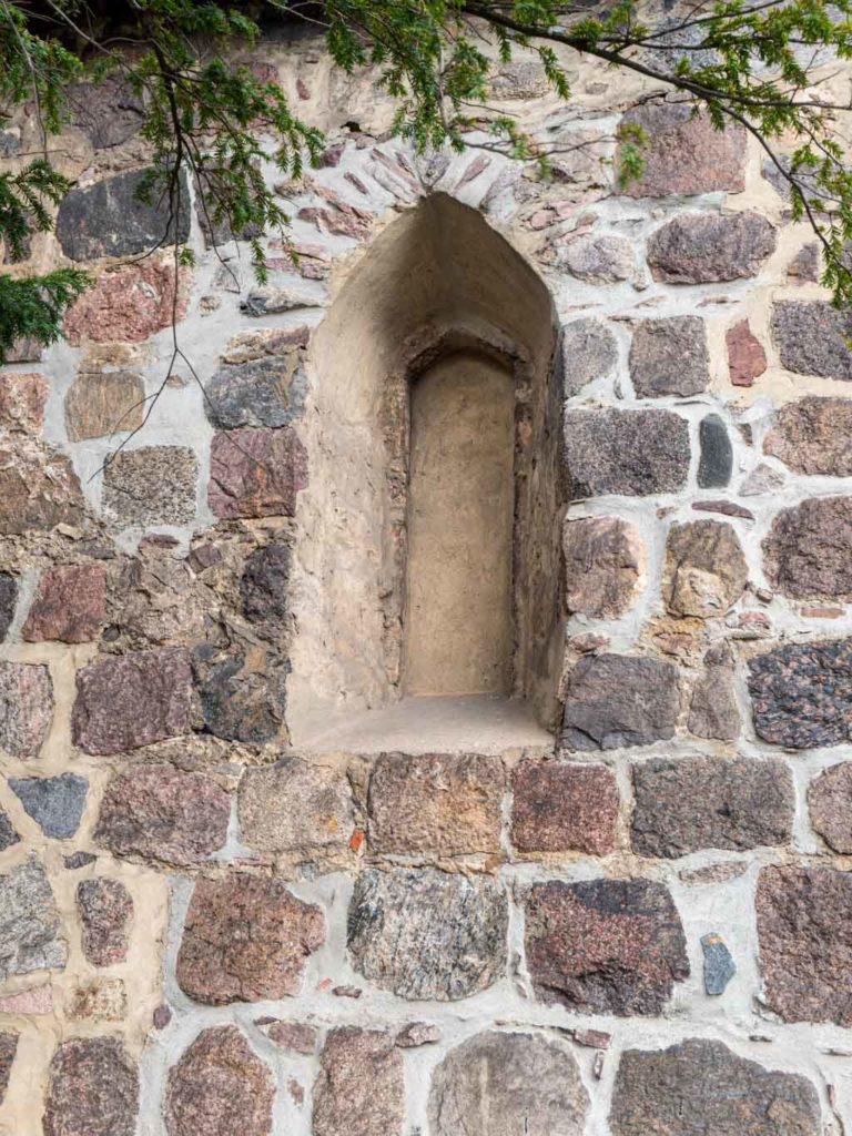 Dorfkirche Buckow Originales, von innen verputztes gedrückt spitzbogiges Fenster der östlichen Hälfte der Südwand des Schiffes.