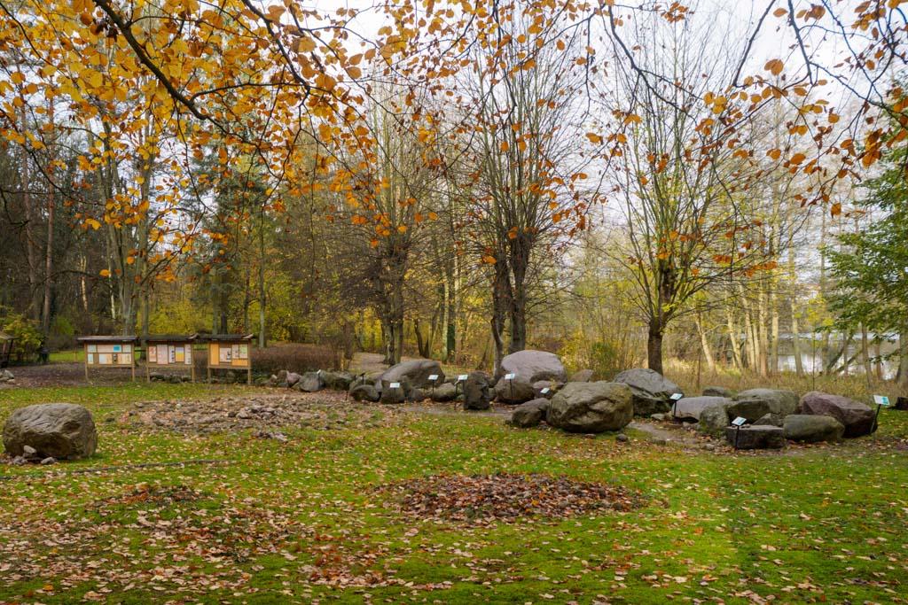 Eiszeitgarten Buckow / Märkisch-Oderland, frei zugänglich. Typische Geschiebe werden gezeigt und die eiszeitliche Herkunft erklärt. Von Künstlern gestaltetes Modell, das die Formen und Prozesse der eiszeitlichen Landschaftsprägung verdeutlicht.