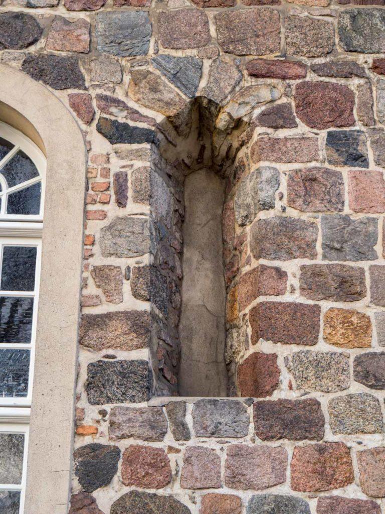 Dorfkirche Lankwitz Originales, gedrückt spitzbogiges Fenster in der Südwand des Chors