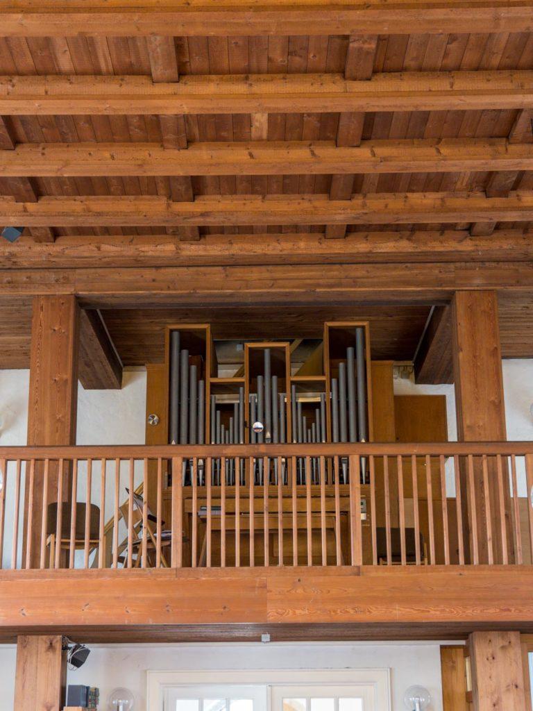 Dorfkirche Lankwitz Schlichte Orgelempore und Kirchendecke aus Kiefernholz