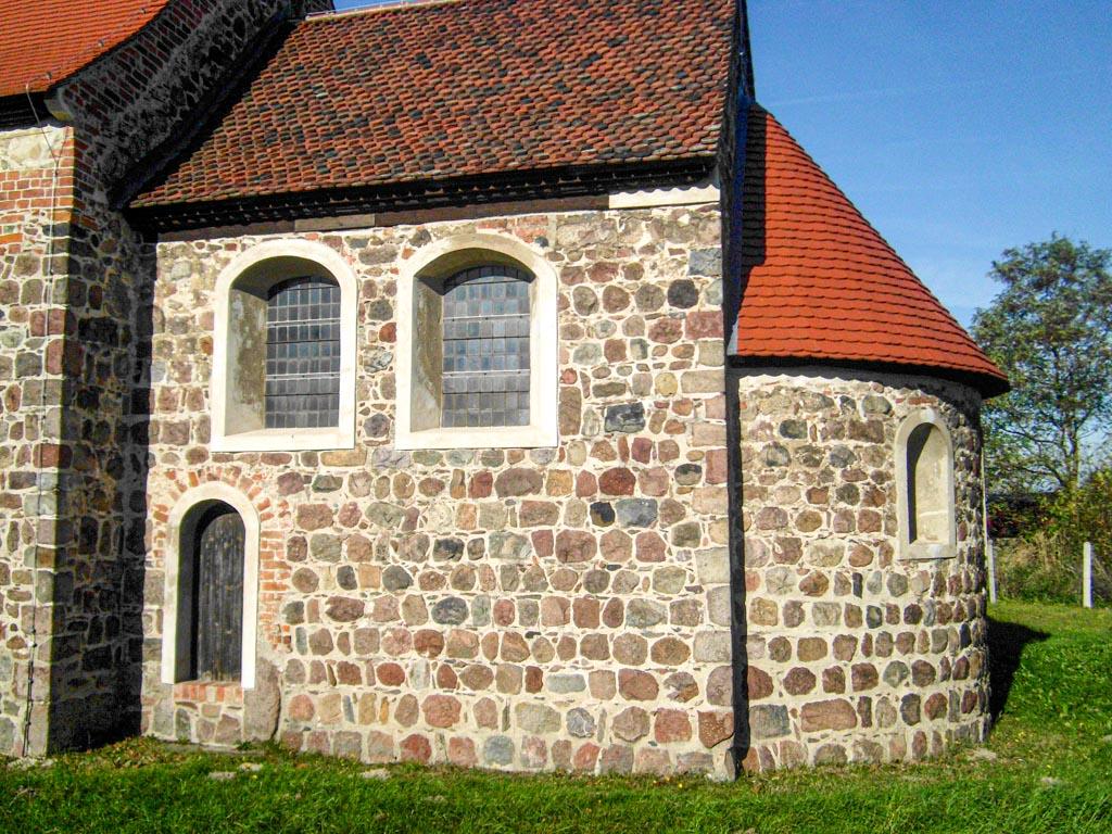 Dorfkirche Lübnitz. Apsis und Chor mit Priesterpforte. Ansicht von Süden.