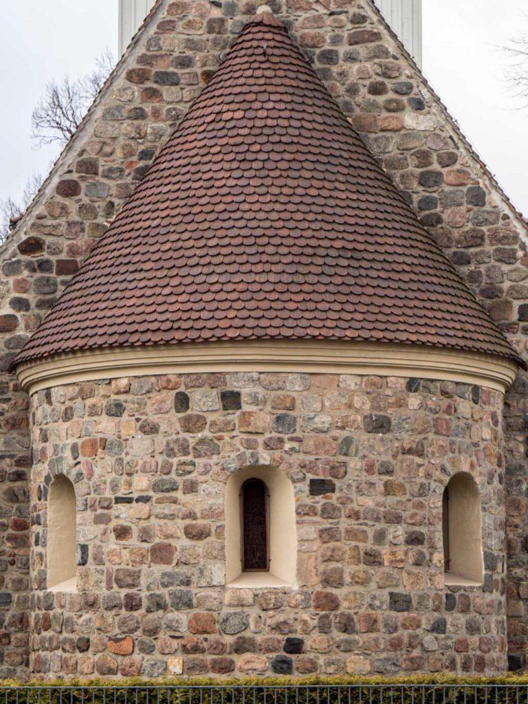 Dorfkirche Mariendorf Apsis mit originalen Rundbogenfenstern. Die Laibungen sind nachträglich verputzt.