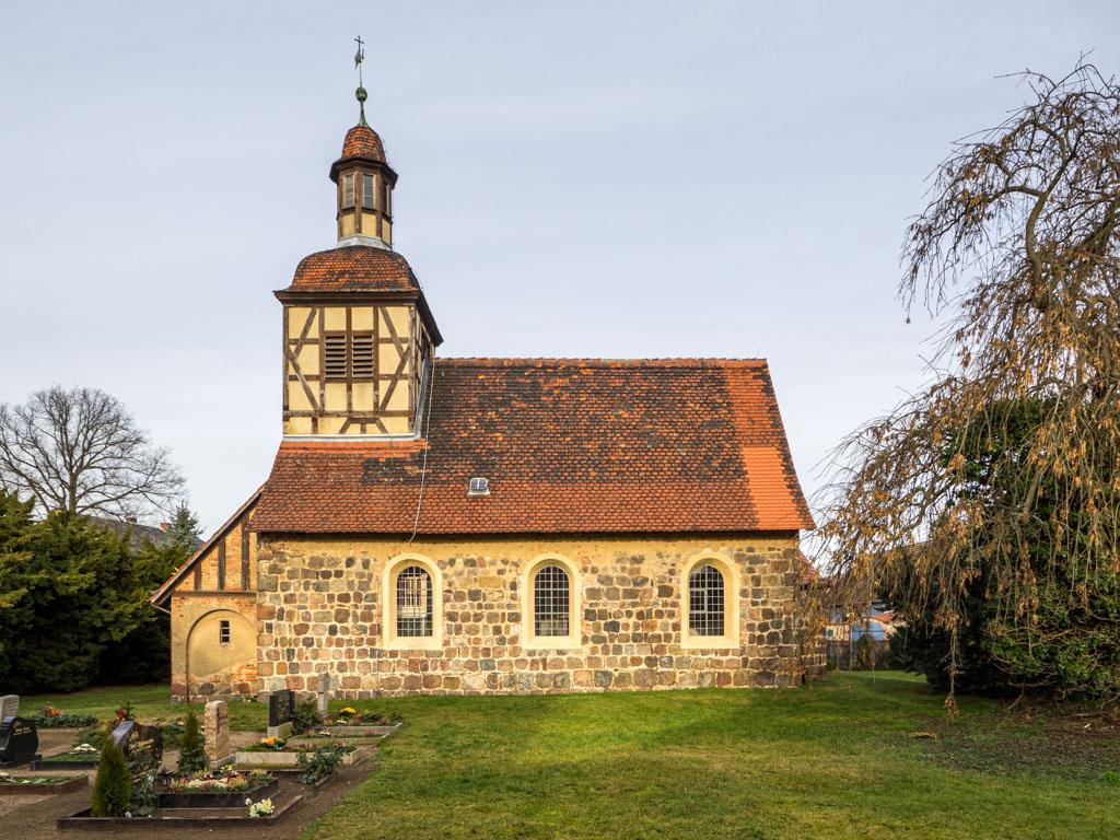 Dorfkirche Neschholz. Zweiteilige Anlage mit Schiff und Apsis
