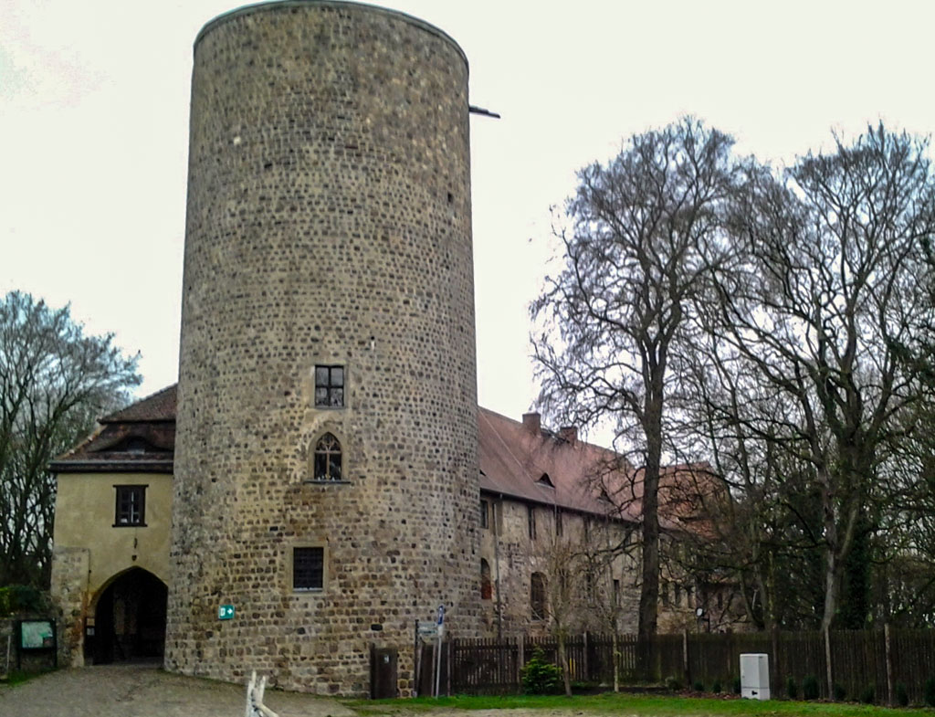 Burg Rabenstein. Romanischer Bergfried und Palas mit romanischen Relikten.