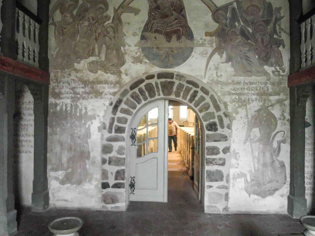 Dorfkirche Reetz Inneres Westportal mit Begleitbogen und Wandmalereien