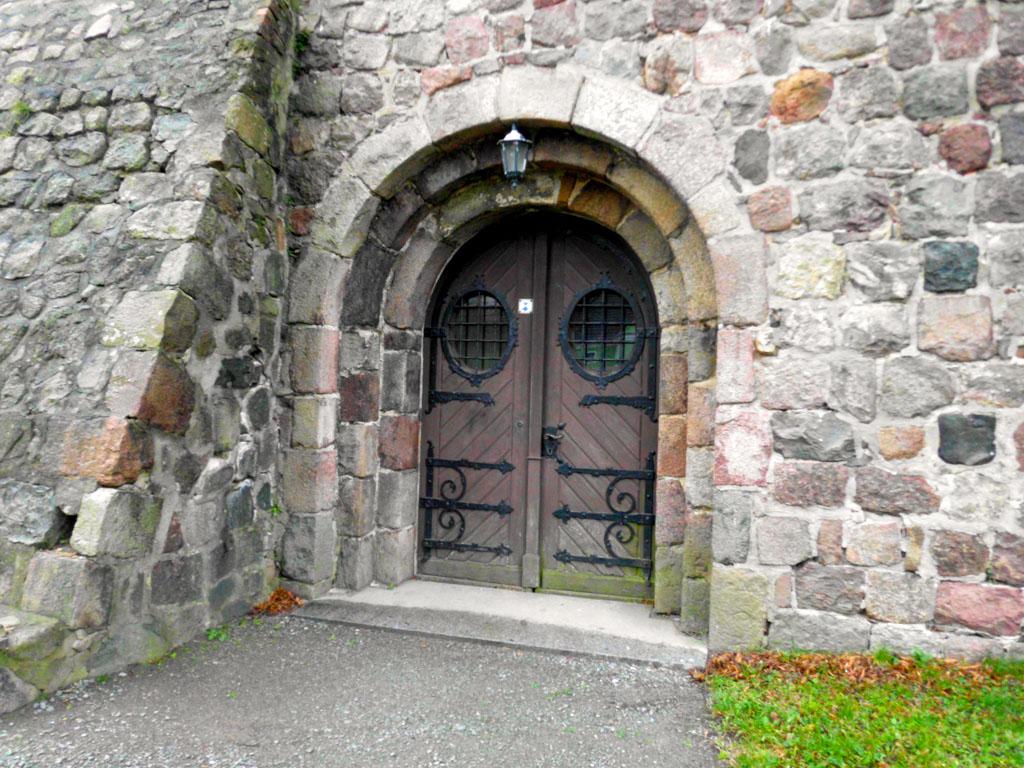 Dorfkirche Reetz Zweifach abgetrepptes Westportal und Mauerstütze