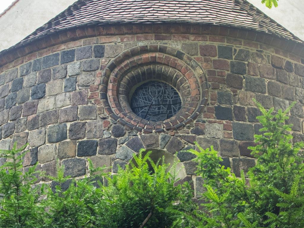 Dorfkirche Tempelhof Apsis mit Rundfenster und Rundbogenfenster