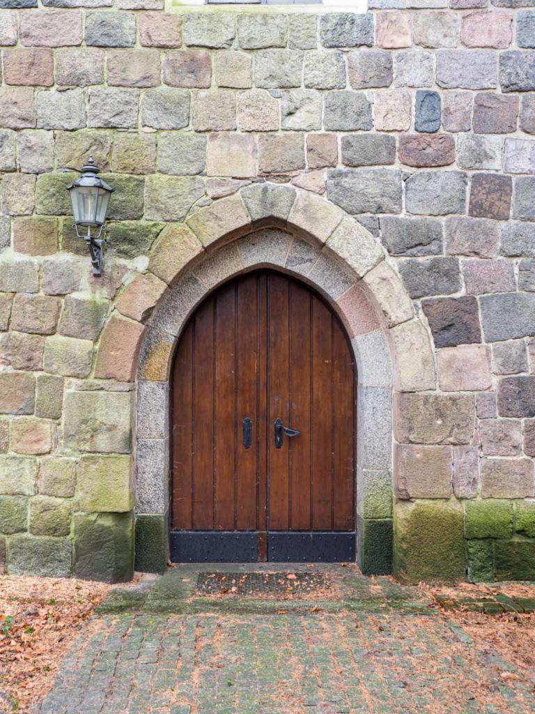 Dorfkirche Tempelhof, abgetrepptes Portal in der Nordwand des Schiffes.