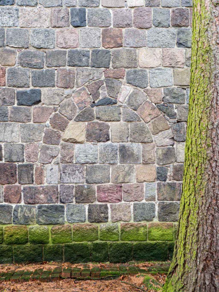 Dorfkirche Tempelhof, zugesetztes Portal in der Nordwand des Schiffes.