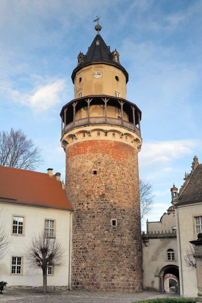 Schloss Wiesenburg. Bergfried, Ansicht vom Burghof