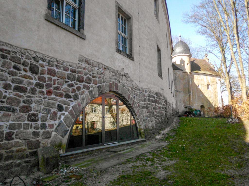 Schloss Wiesenburg. Feldsteinsockel aus der Erbauungszeit der Burg.