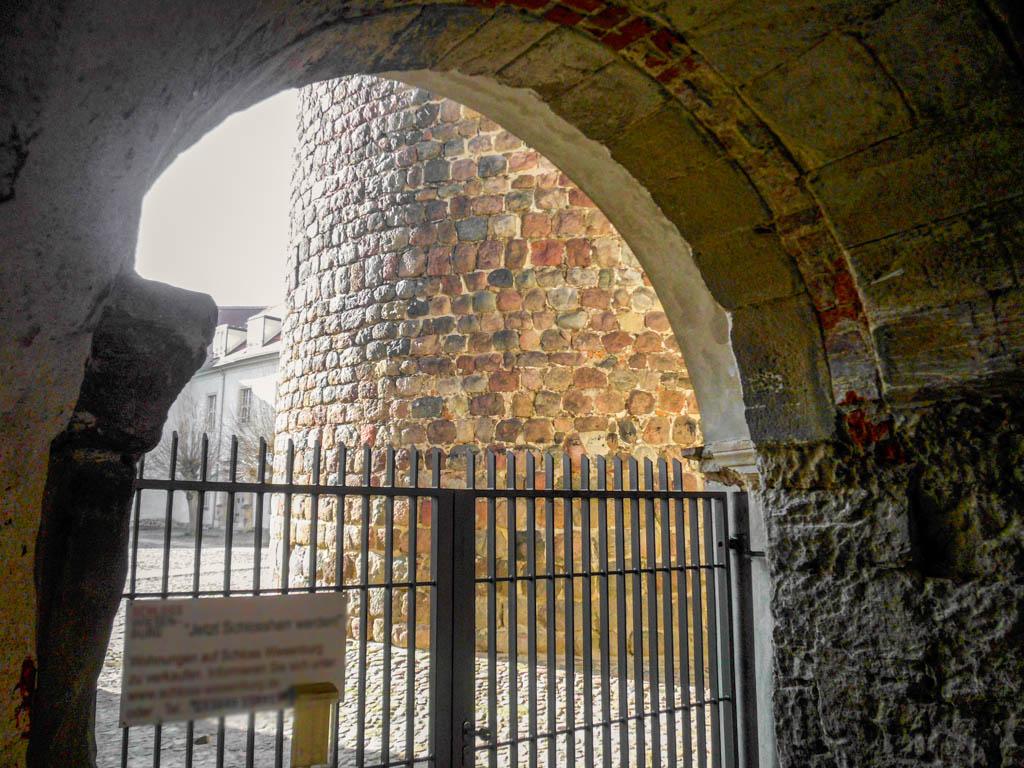 Wiesenburg romanischer Torbogen. Blickin Richtung Bergfried und Schlosshof.