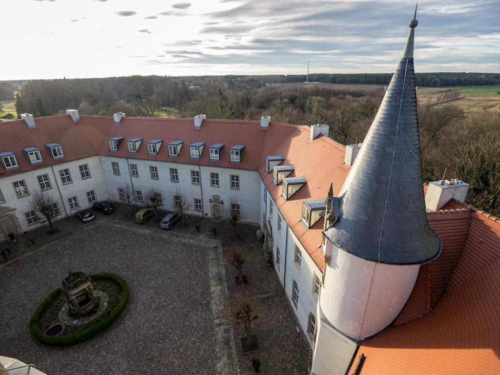 Wiesenburg. Blick vom Bergfried auf den Schlosshof mit Renaissancebrunnen