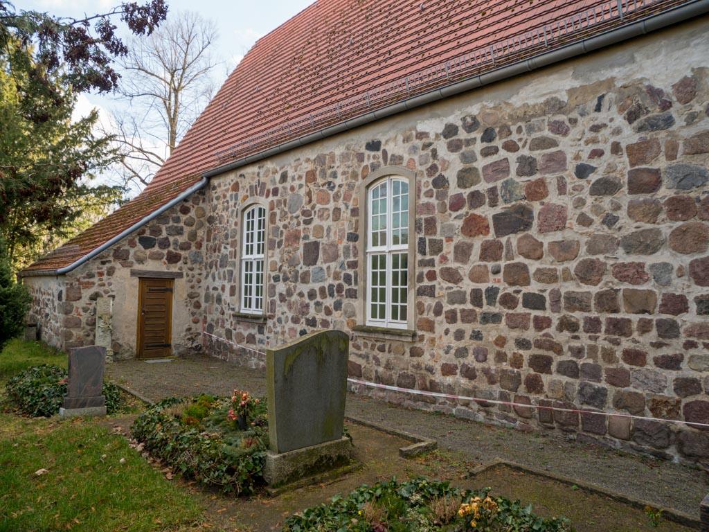 Dorfkirche Blankenburg Schiff Nordseite mit Sakristeianbau.