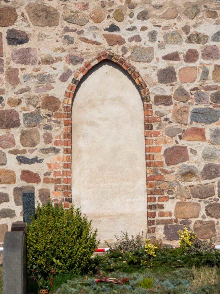 Dorfkirche Blankenburg Gotische Priesterpforte, zugesetzt.