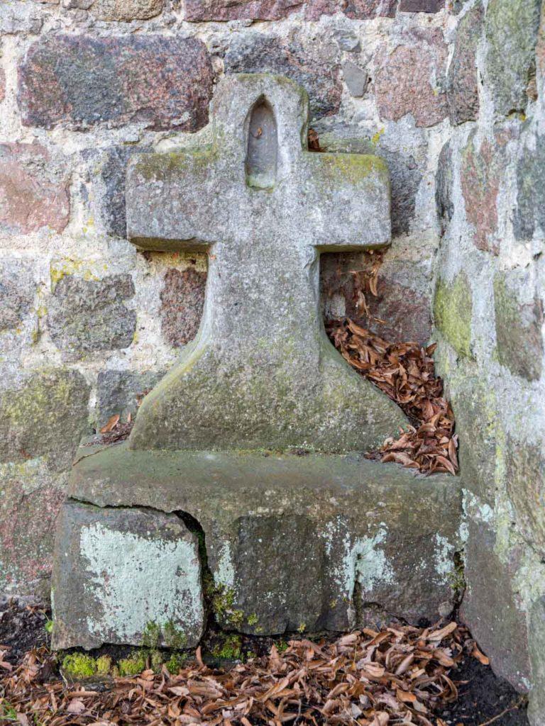 Dorfkirche Herzfelde Gotisches Steinkreuz an der Nordwand des Chors