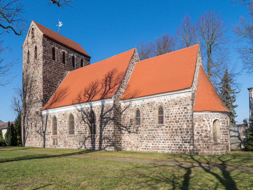Dorfkirche Herzfelde Ansicht der vierteiligen Anlage von Südost