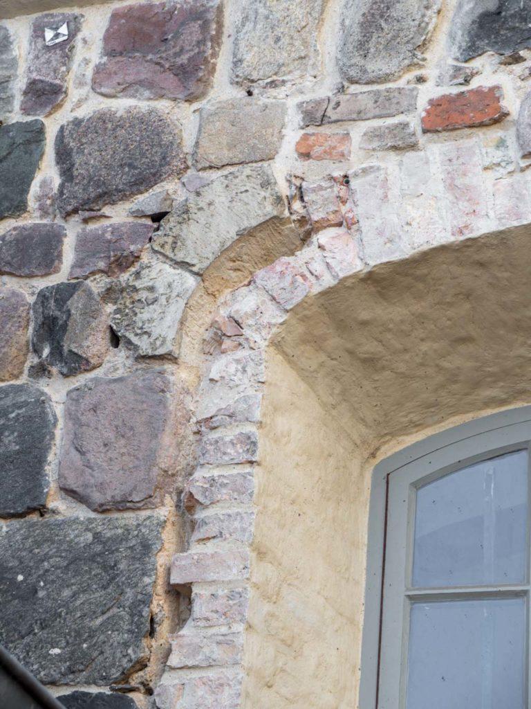 Relikte eines romanischen Fensters in der Nordwand des Chors. Wie in der Südwand besteht der Ansatz des Bogens aus Rüdersdorfer Kalkstein.