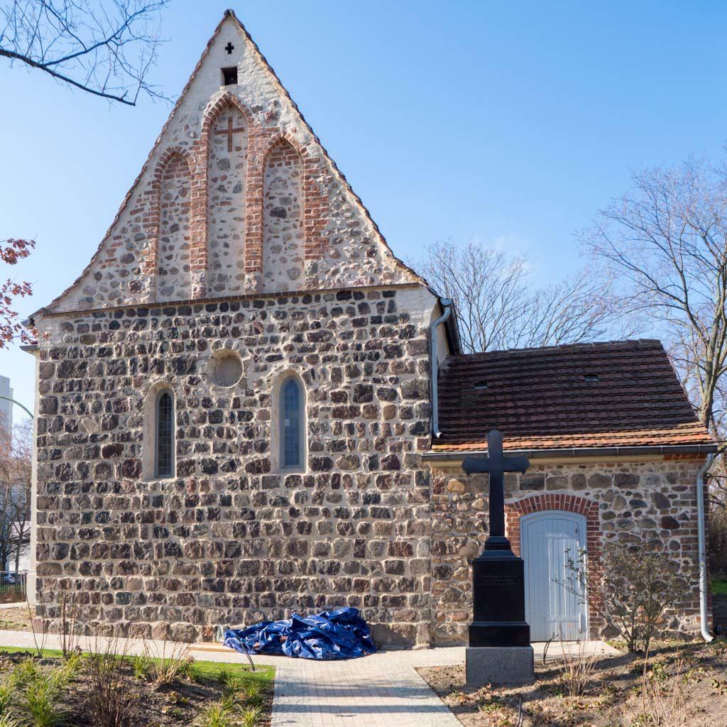 Dorfkirche Hohenschönhausen von Osten mit Gruftanbau.