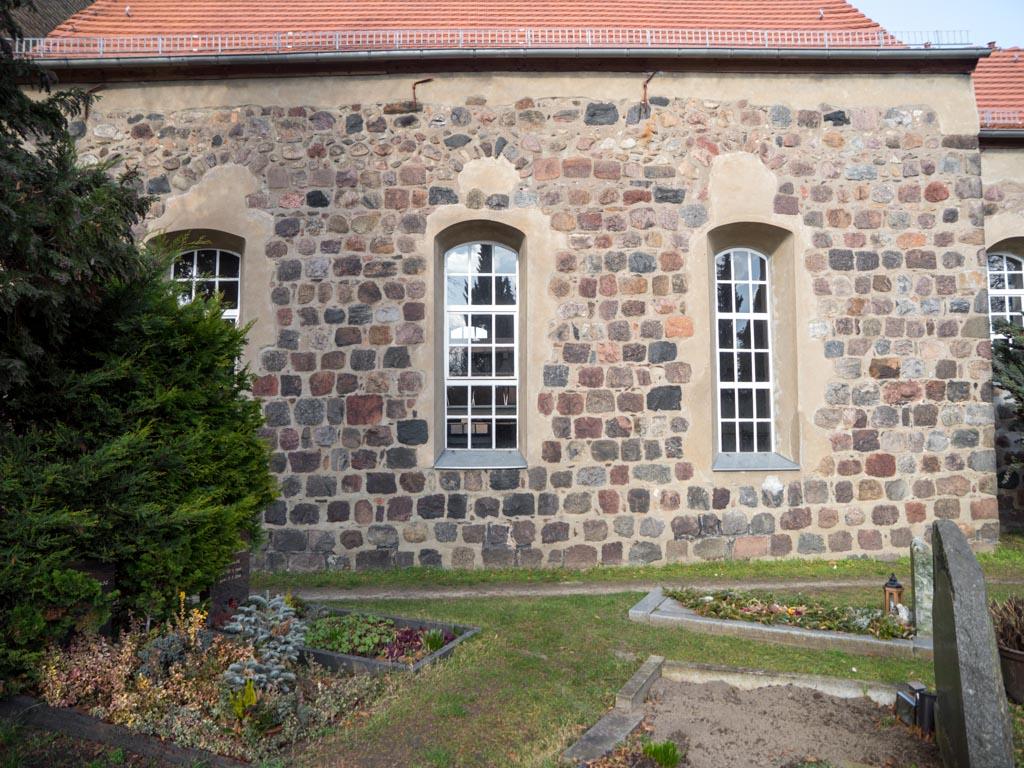 Dorfkirche Karow Südfassade des Schiffs mit Resten dreier romanischer Fenster