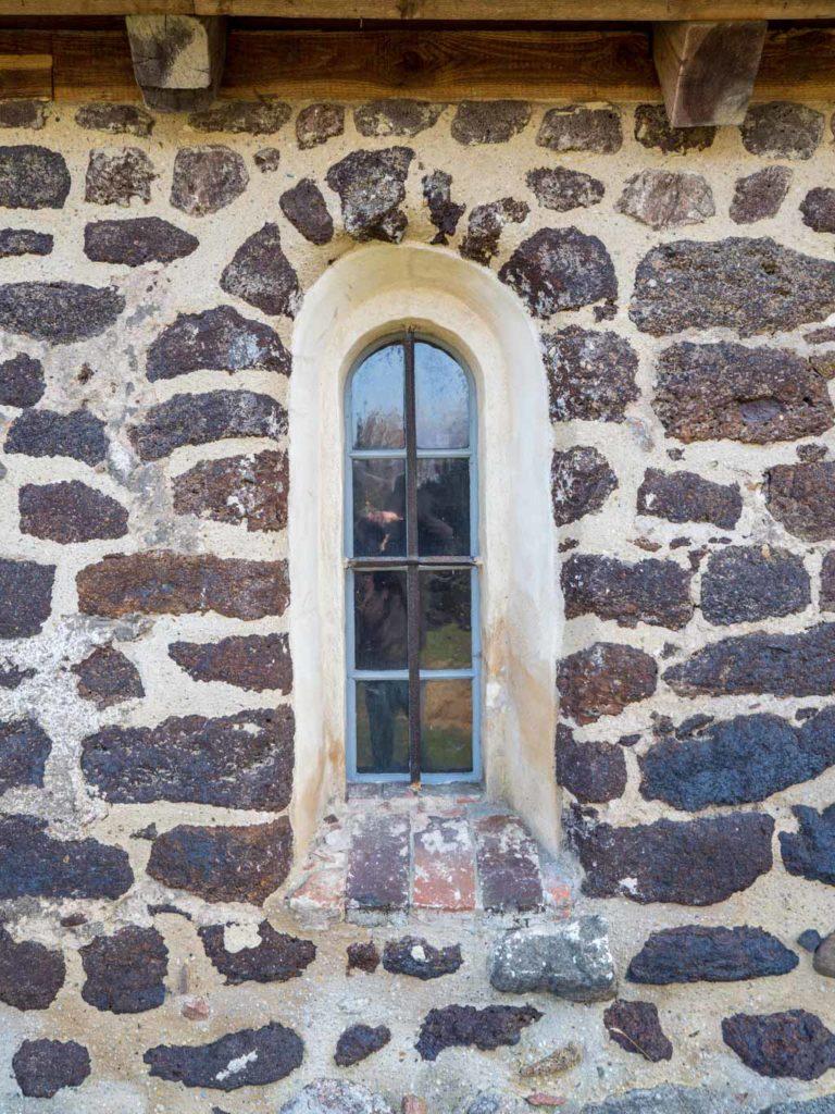 Originales Fenster im nördlichen Seitenschiff mit einem Gewände aus Raseneisenstein.