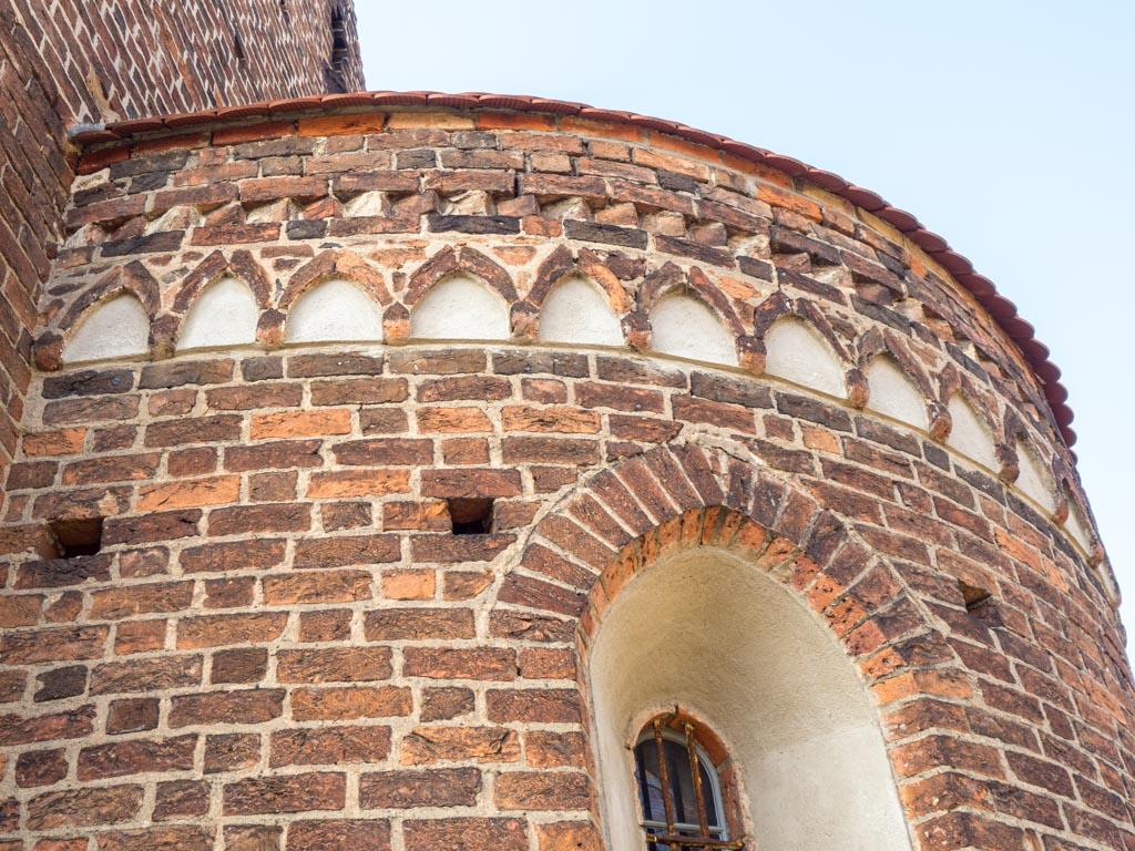 Apsis, Südseite: Rundbogenfries und Deutsches Band sowie originales Fenster.
