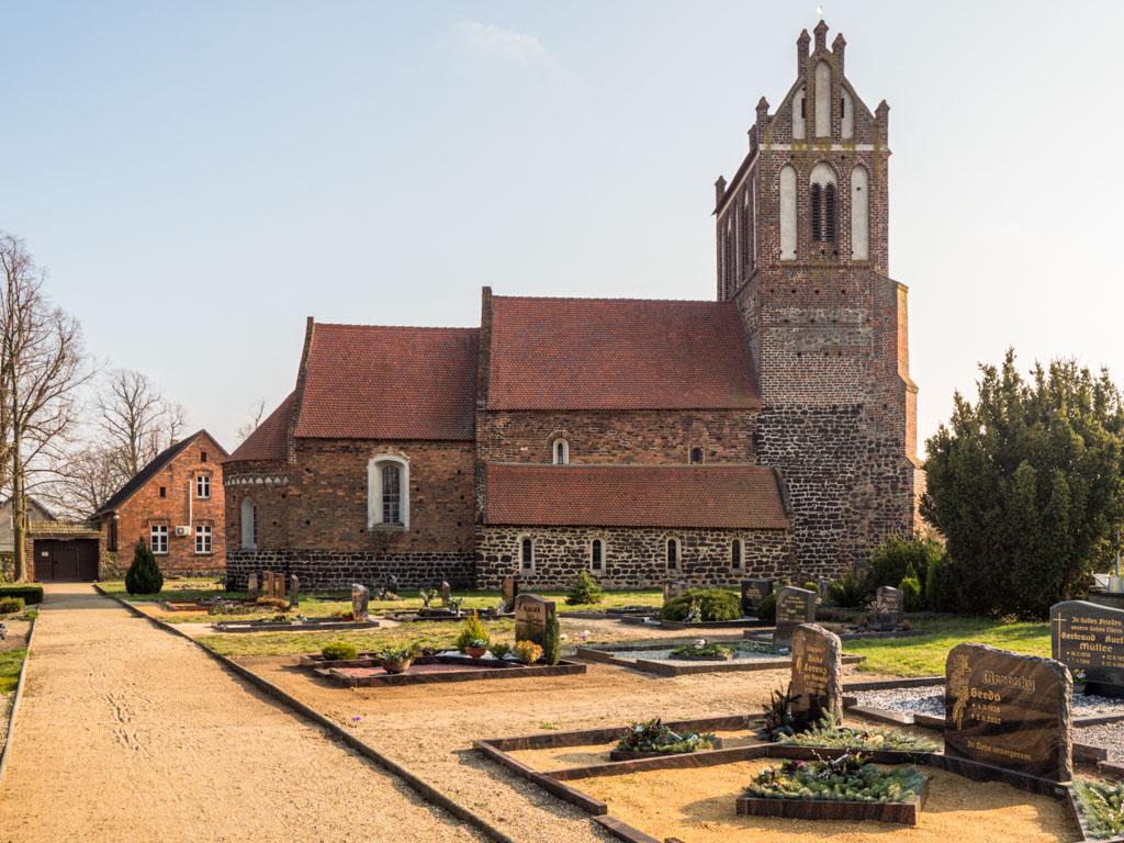 Dorfkirche Lindena, Ansicht von Norden über den Friedhof. Der Hauptweg führt zur mittelaterlichen Portalanlage.