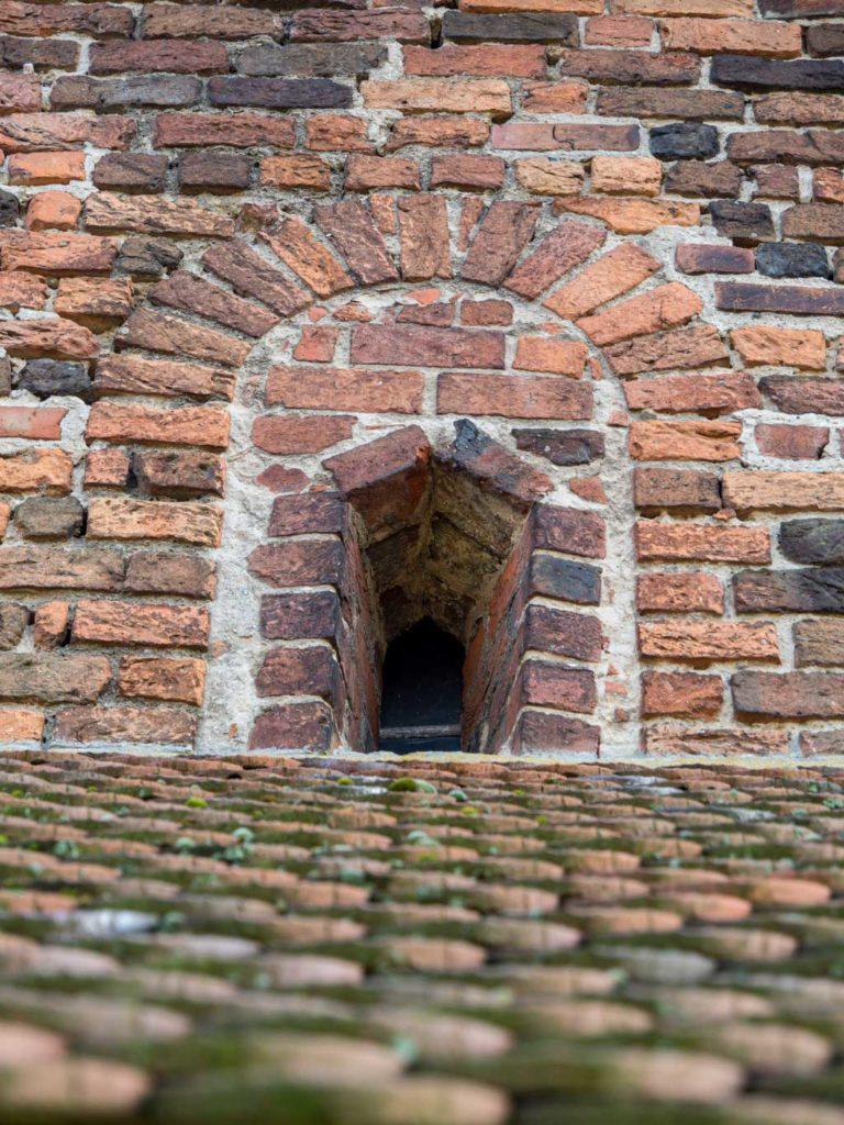 Rechtes Obergadenfenster. Zugesetzt und wohl noch im Mittelalter kleiner geöffnet.