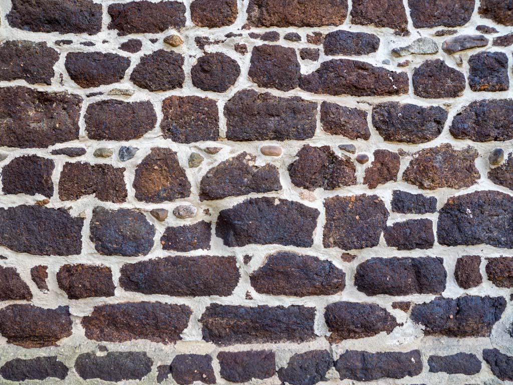 Attraktives Mauerwerk aus Raseneisenstein und hellem Mörtel.