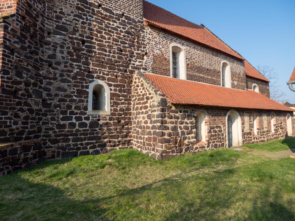 Dorfkirche Lindena. Südfassade mit spätromanischem Seitenschiff. Die verwendeten Baumaterialien sind Raseneisenstein und Backstein.