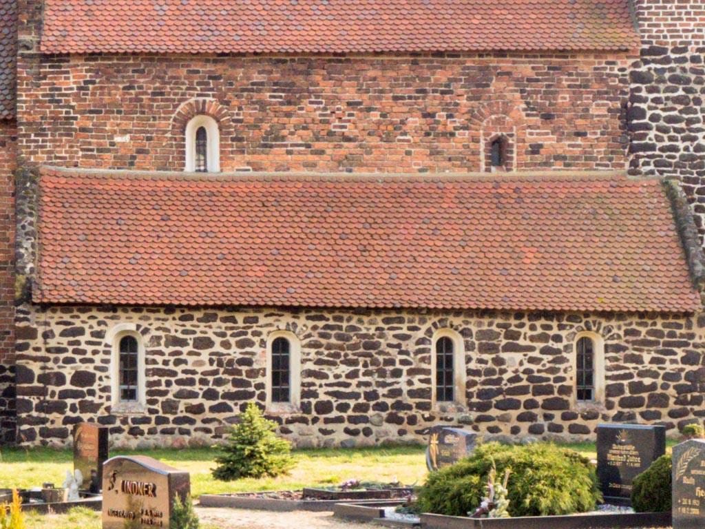 Dorfkirche Lindena. Schiff und Seitenschiff Nordseite mit originalen Fenstern. Das rechte Obergadenfenster wurde zugesetzt und später teilweise geöffnet..