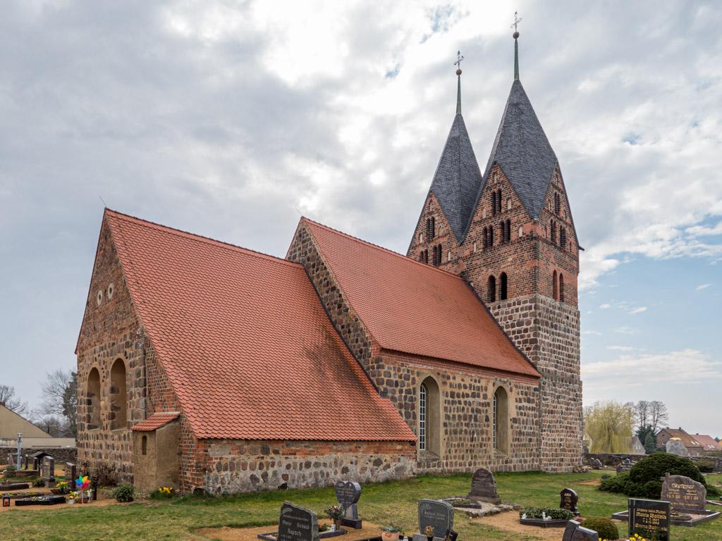Dorfkirche Lugau, Ansicht von Nordost. Sakristeianbau mit Schleppdach.