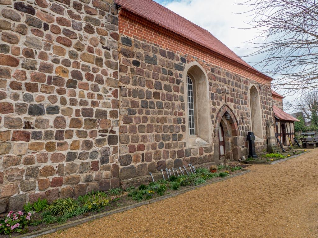 Dorfkirche Lugau, Turm, Schiff und Chor von Südwest. Die Baunaht zwischen Schiff und Turm ist deutlich sichtbar.