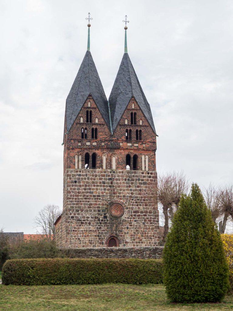 Dorfkirche Lugau, Westfassade mit den prägenden gotischen Doppeltürmen über dem romanischen Westriegel