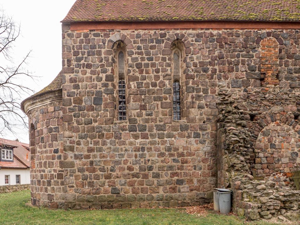 Gedrückt spitzbogige Lanzettfenster in der Nordwand des Chors und zugesetztes rundbogiges Obergadenfenster oberhalb des abgerissenen Seitenschiffs.
