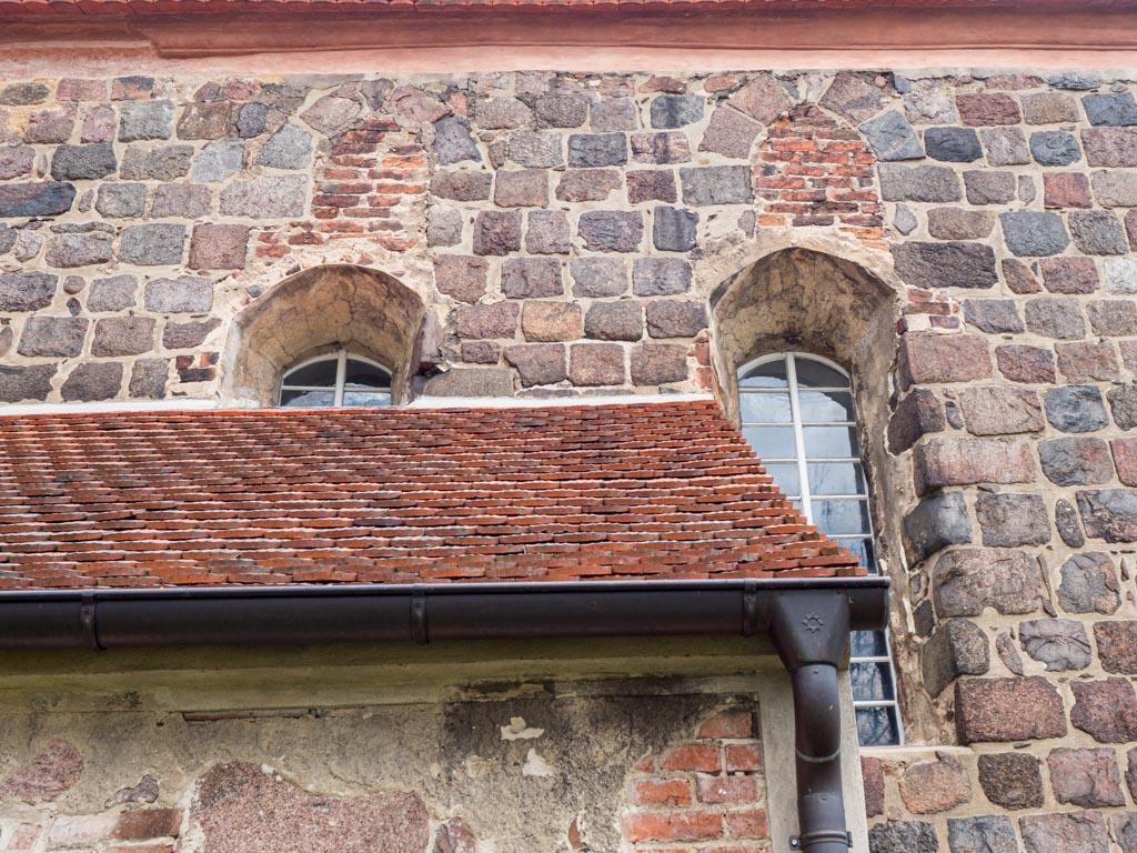 Zugesetzte Originalfenster in der Südwand des Chors und neue Barockfenster.