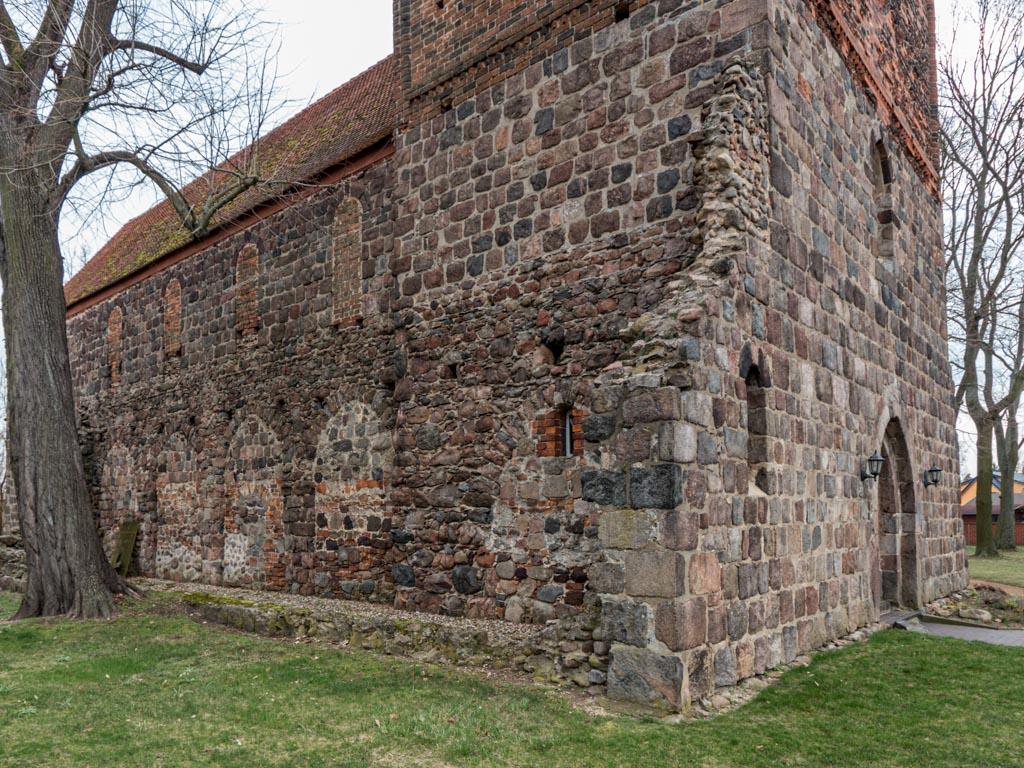 Dorfkirche Massen. Ansicht von Nordwesten auf das abgebrochene Seitenschiff und die zugesetzten Obergadenfenster.