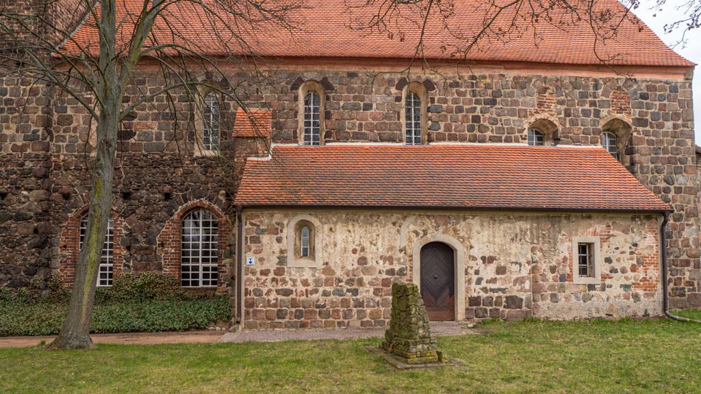 Dorfkirche Massen, Südfassade von Schiff und Chor mit Obergadenfenstern und zugesetzten Fenstern im Chor.