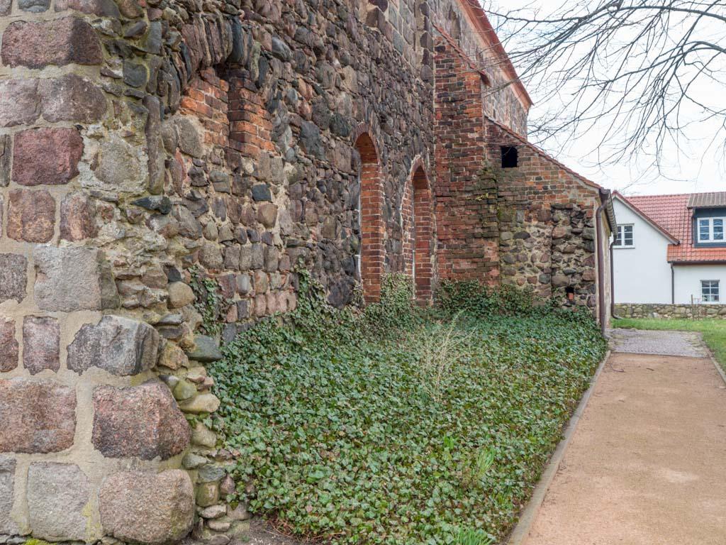 Dorfkirche Massen, Südfassade mit Blick auf die Reste des abgerissenen Seitenschiffes.
