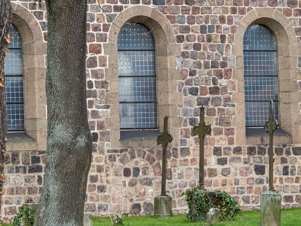 Dorfkirche Rosenthal, Nordwand des Schiffs mit zugesetzter romanischem Portal.