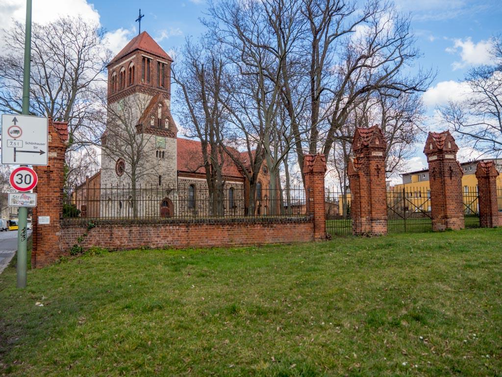 Dorfkirche Rosenthal, Ansicht von Südwest über die Angerwiese und die verschlossenen Portale zum Kirchhof