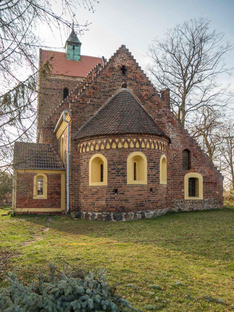 Dorfkirche Schönborn. Ansicht von Osten mit Apsis und Choranbauten. Sehr gut ist die schöne Gestaltung der Giebel von Chor und Schiff zu erkennen.