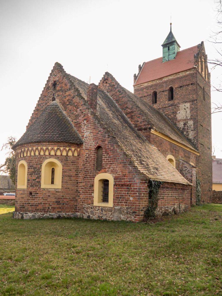 Dorfkirche Schönborn. Ansicht von Nordost mit Sakristei.