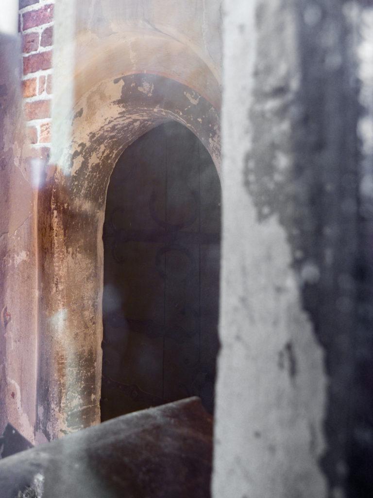 Dorfkirche Schönborn. Priesterpforte im südlichen Chor, aufgenommen durch ein Fenster des die Tür verdeckenden Anbaus.
