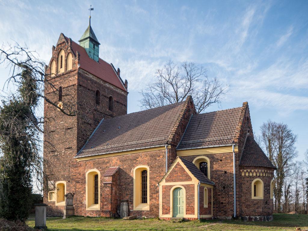 Dorfkirche Schönborn, Staffelung der vierteiligen Anlage. Ansicht von Südost
